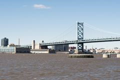 Benjamin Franklin most nad błotnistą rzeką obraz stock