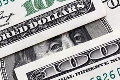Benjamin Franklin que olha de cem cédulas do dólar imagens de stock