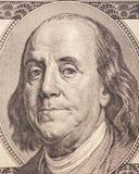 Benjamin Franklin stående från en räkning $100 Arkivbild