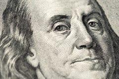 Benjamin Franklin stående på hundra amerikanska räkning för dollar 100 Nära övre sikt för makro arkivfoto
