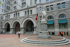 Benjamin Franklin statua z starym urzędem pocztowym w Wahington DC Obraz Royalty Free