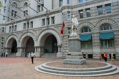 Benjamin Franklin Statue med den gamla stolpen - kontor i Wahington DC Royaltyfri Bild