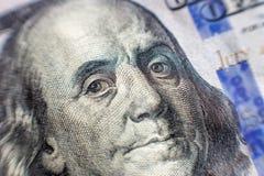 Benjamin Franklin stawia czoło na my sto dolarowych rachunków makro-, zlany stanu pieniądze zbliżenie zdjęcia royalty free