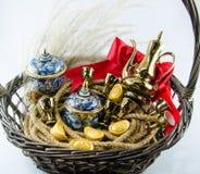 Benjarong金锭红色丝带弓金礼物设置 库存图片