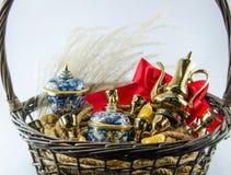 Benjarong金锭红色丝带弓金礼物设置 免版税库存图片