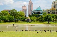 Benjasiri公园在晴天曼谷泰国 库存照片