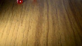 Benlek Nedg?ng av r?da kuber med vita prickar p? en tr?yttersida lager videofilmer