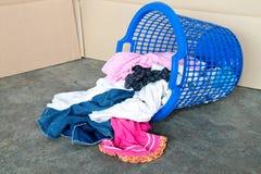 Benna della lavanderia sporca. Concetto dei lavoretti quotidiani Fotografie Stock Libere da Diritti