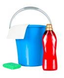 Benna di plastica con i rifornimenti di pulizia Immagini Stock Libere da Diritti