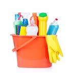 Benna di plastica con i rifornimenti di pulizia Immagine Stock