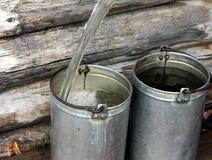 Benna di riempimento con acqua Immagine Stock Libera da Diritti