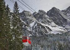 Benne suspendue à la montagne de Zugspitze bavaria l'allemagne image stock