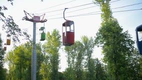 Benne suspendue avec des carlingues sur le fond de ciel bleu, parc d'attractions de Vinpearl banque de vidéos