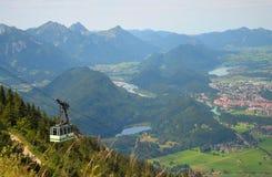Benne suspendue dans les Alpes, Allemagne photographie stock libre de droits
