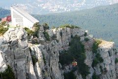 Benne suspendue dans les montagnes Image stock