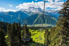 Benne suspendue dans les montagnes images stock