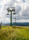 Benne suspendue dans les montagnes en été Image libre de droits