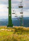 Benne suspendue dans les montagnes en été Photographie stock libre de droits