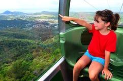 Benne suspendue de forêt tropicale de Skyrail au-dessus de Barron Gorge National Park Que photo libre de droits