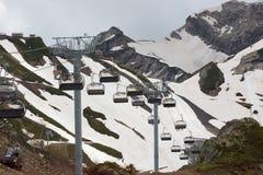 Benne suspendue en montagnes Photographie stock libre de droits