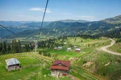 Benne suspendue et carlingues en montagnes, Adjara, la Géorgie Photographie stock libre de droits