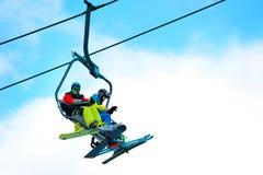 Benne suspendue sur la station de sports d'hiver Photographie stock libre de droits