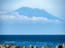 Benoa-Hafen mit Berg Agung im Hintergrund stockbilder