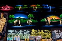 Bens do artesanato e pinturas tradicionais cingaleses da lona para a venda em uma loja Fotos de Stock Royalty Free