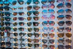 Bens falsos de óculos de sol de RayBan no mercado negro Fotografia de Stock Royalty Free