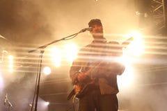 Bens Howards gitarrist som utför på Somersault festivalen 2014 Arkivbilder