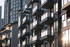 Bens imobiliários de China do por do sol - apartamentos executivos imagens de stock