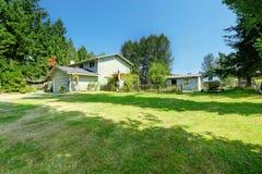 Bens imobiliários do campo Casa grande velha com grande jardim da frente Foto de Stock