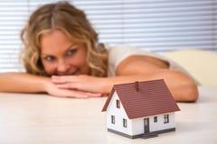 Bens imobiliários felizes Imagens de Stock Royalty Free