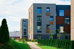Bens imobiliários modernos de construções residenciais das casas das casas do apartamento exteriores fotografia de stock