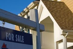 Bens imobiliários para o sinal da venda Fotos de Stock