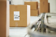 Bens na correia transportadora no armazém de distribuição Fotografia de Stock