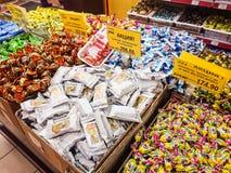 Bens na prateleira de uma mercearia Uma variedade de chocolates na exposição imagem de stock royalty free