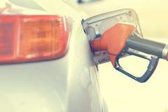 Bensin som pumpar bensin på bensinstationen Slut som är övre och tonas Royaltyfri Bild