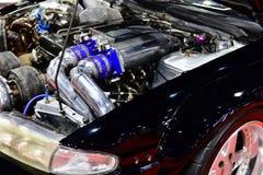 Bensin tankade bilmotorn Ändring av motorn arkivfoto