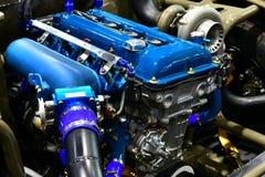 Bensin tankade bilmotorn Ändring av motorn arkivfoton