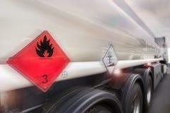 Bensinbiltransport som rusar på huvudvägen Royaltyfri Foto