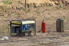Bensingenerator, kanister med bensin, brandsläckare royaltyfria bilder