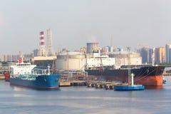 Bensinlagringsbehållare i hamnstaden Arkivfoton