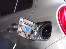 Bensinpåfyllningkanal av den nya moderna ecobilen Royaltyfri Bild