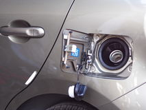 Bensinpåfyllningkanal av den nya moderna ecobilen Arkivbild