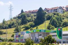 Bensinstation i staden Nova Varos i det västra Serbienet Royaltyfri Bild