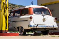Bensinstation med bilen Arkivbilder