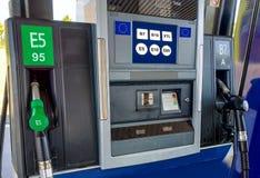 Bensinstation med bränslet för europeisk union som märker på skärmen Arkivfoto