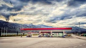 Bensinstation på huvudvägen i Kroatien med inga kunder och inga bilar Fotografering för Bildbyråer