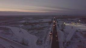 Bensintankfartyg med blinkers som står på vägrenen på flyg- sikt för vinterhuvudväg stock video